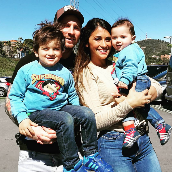 lionel-messi-with-his-family
